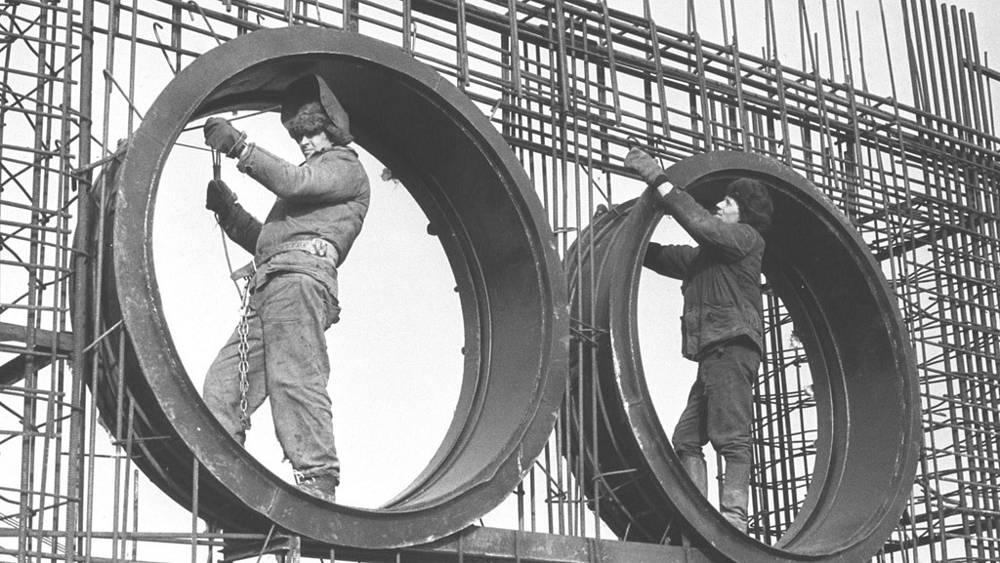Строительство Чернобыльской АЭС. Монтажники готовят арматуру для шахты реактора. 1975 г