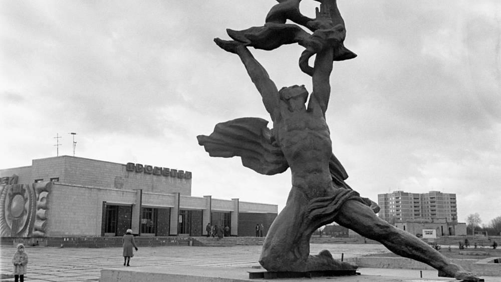 """Скульптура """"Укрощение огня"""" в Припяти - городе строителей и эксплуатационников Чернобыльской АЭС"""