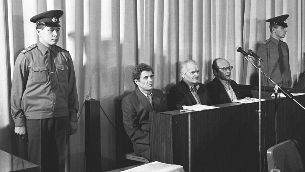 Обвиняемые по делу об аварии на Чернобольской АЭС: бывшие директор ЧАЭС В.Брюханов (слева), заместитель главного инженера А.Дятлов и главный инженер Н.Фомин