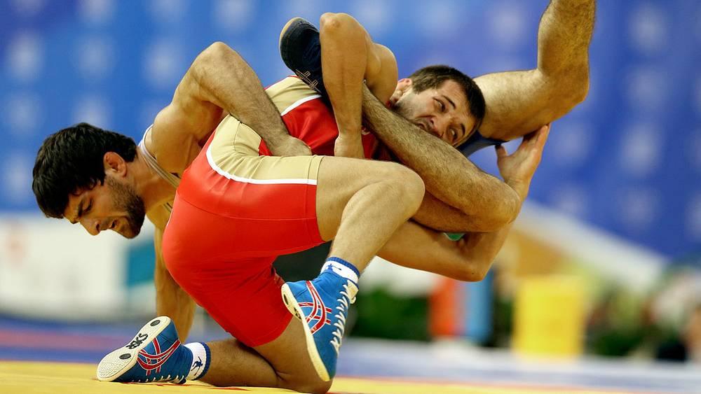 Спортсмен из Армении Девид Сафарян и российский спортсмен Магомед Курбаналиев /слева направо/