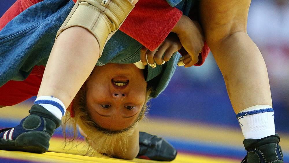 Россиянка Жанара Кусанова во время финального поединка в женском турнире по самбо
