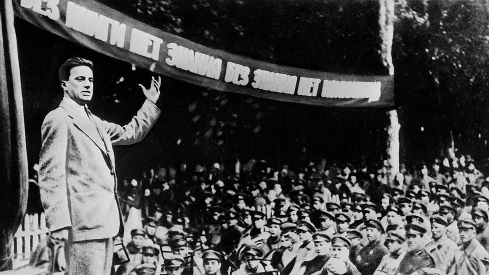 Владимир Маяковский выступает с чтением стихов перед красноармейцами в Октябрьских лагерях. 1929 г.