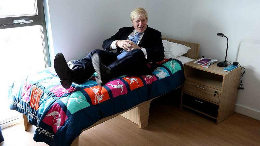 Мэр Лондона Борис Джонсон решил проверить кровать олимпийца