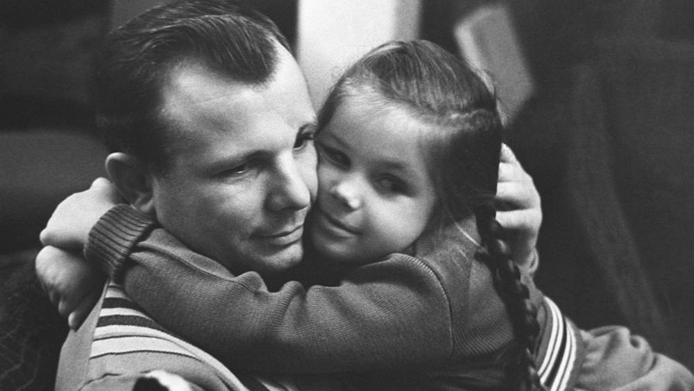 Юрий Гагарин с дочкой Галей. 1968 год