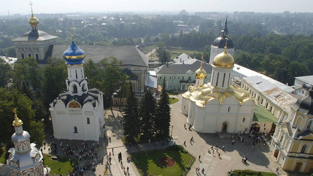 Свято-Троицкая Сергиева Лавра - основана в 1345 году преподобным Сергием Радонежским, мощи которого хранятся в Троицком храме монастыря