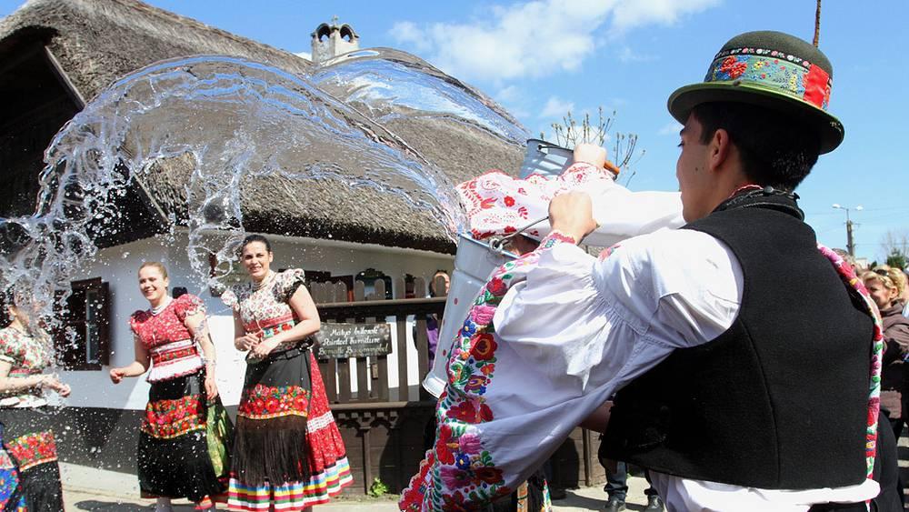В Венгрии на Пасху принято обливать водой друзей и знакомых