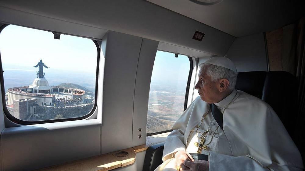 Мексика. Силао. 25 марта. Папа Римский Бенедикт XVI пролетает мимо статуи Иисуса Христа