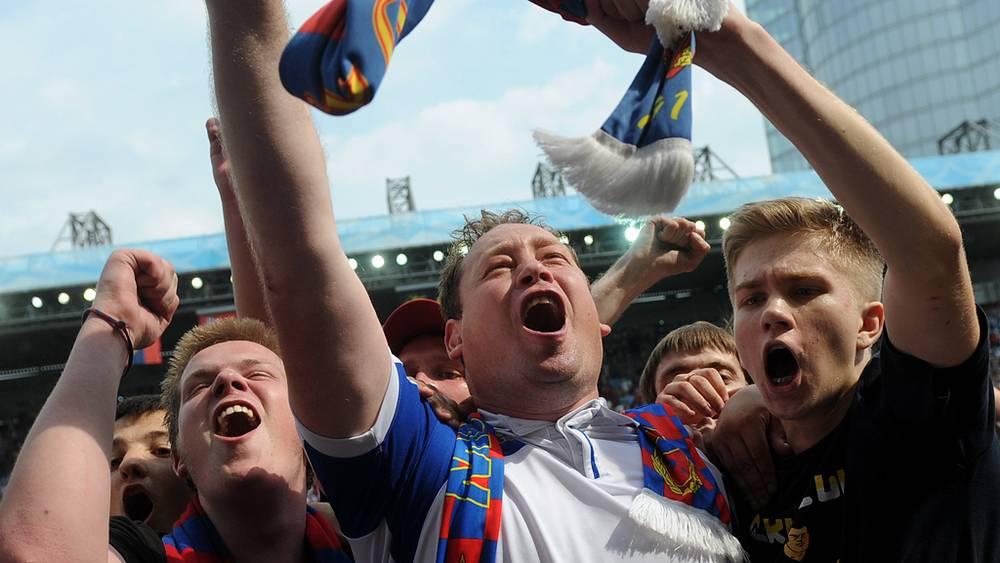 Главный тренер ЦСКА Леонид Слуцкий (в центре)