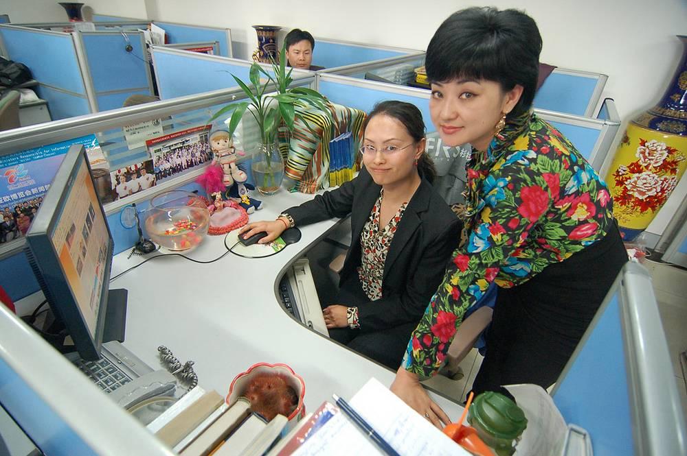 Редакторы интернет-сайта Ма Хунся и Зумрат Абдрахаман