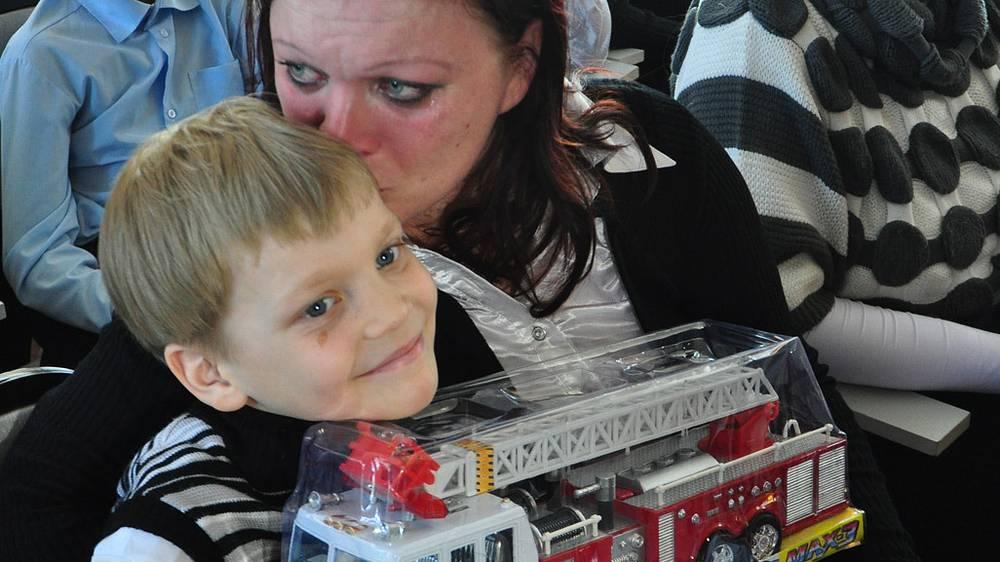 Максим Глушков, спасший двух сестер во время пожара, с мамой на церемонии награждения в отделении МЧС