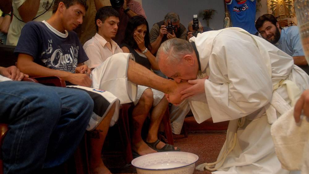2008 год. Хорхе Марио Бергольо обмывает ноги бедняку