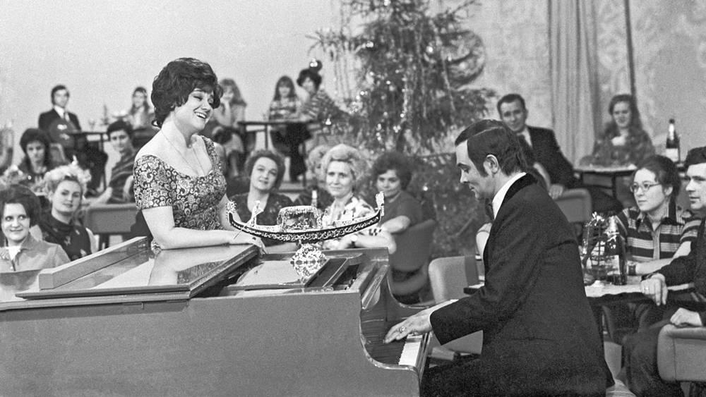"""Тамара Синявская и Муслим Магомаев во время съемок праздничной новогодней программы """"Голубой огонек"""", 1974 год"""