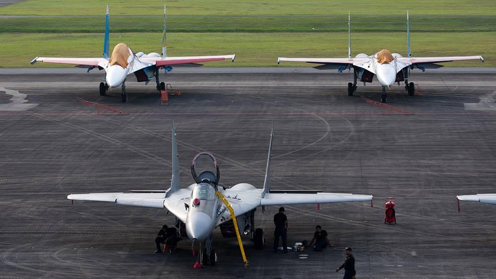 """Истребитель Миг-29 Малазийских ВВС (на первом плане) и истребители Су-27 пилотажной группы """"Русские витязи"""""""