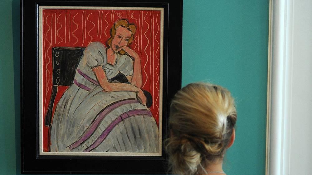 """У картины Анри Матисса """"Сидящая девушка в сером платье"""""""