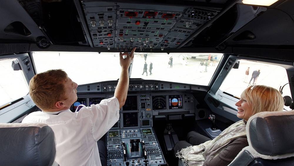 В кабине пилота пассажирского самолета Airbus A319