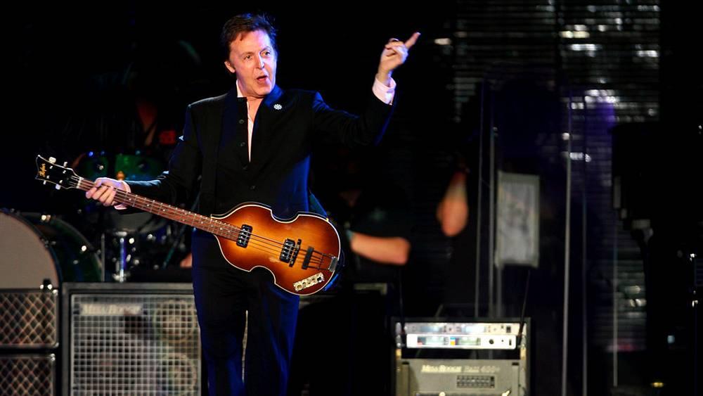 """Британский певец Пол Маккартни во время концерта в парке """"Яркон"""" в Израиле, 2008 год"""