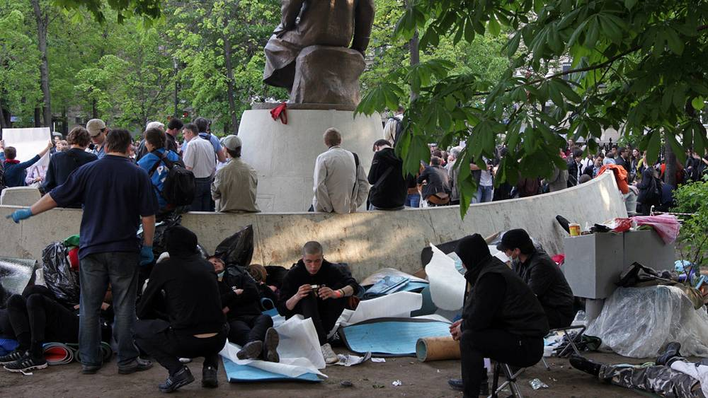 """Участники """"гуляний"""" собираются вокруг памятники казахскому поэту Абаю Кунанбаеву"""