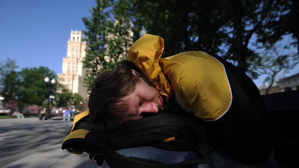"""Обитатели """"лагеря"""" переместились в сквер возле высотки у метро """"Баррикадная"""""""