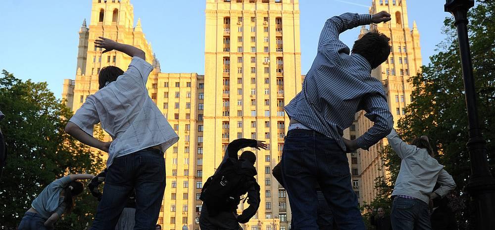 Зарядка утром 17.05.2012 возле высотки на Кудринской площади