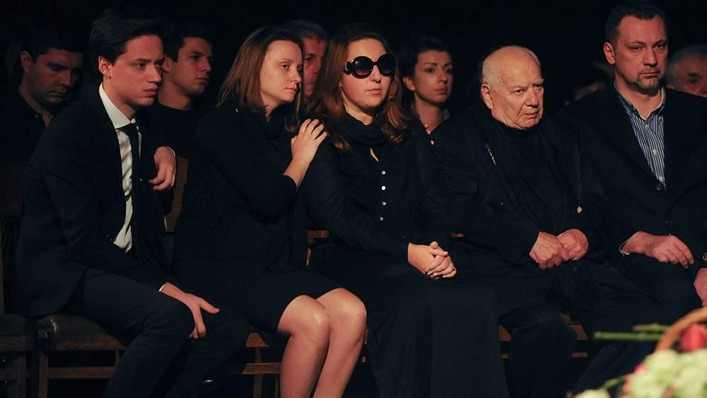 Дочь погибшей актрисы Анастасия (третья справа) и отец актрисы Григорий Голуб (второй справа)