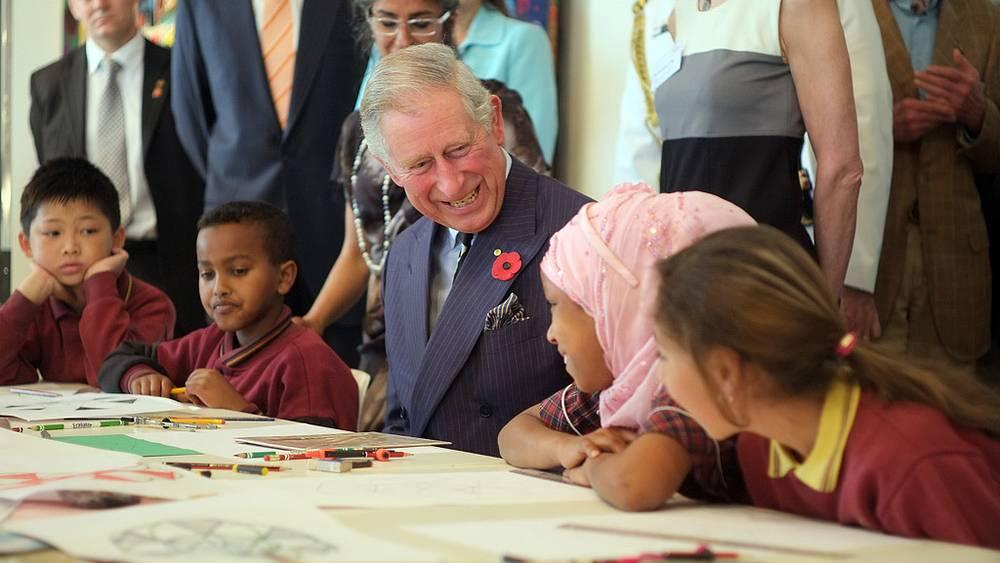 Принц Чарльз во время беседы с детьми. Мельбурн