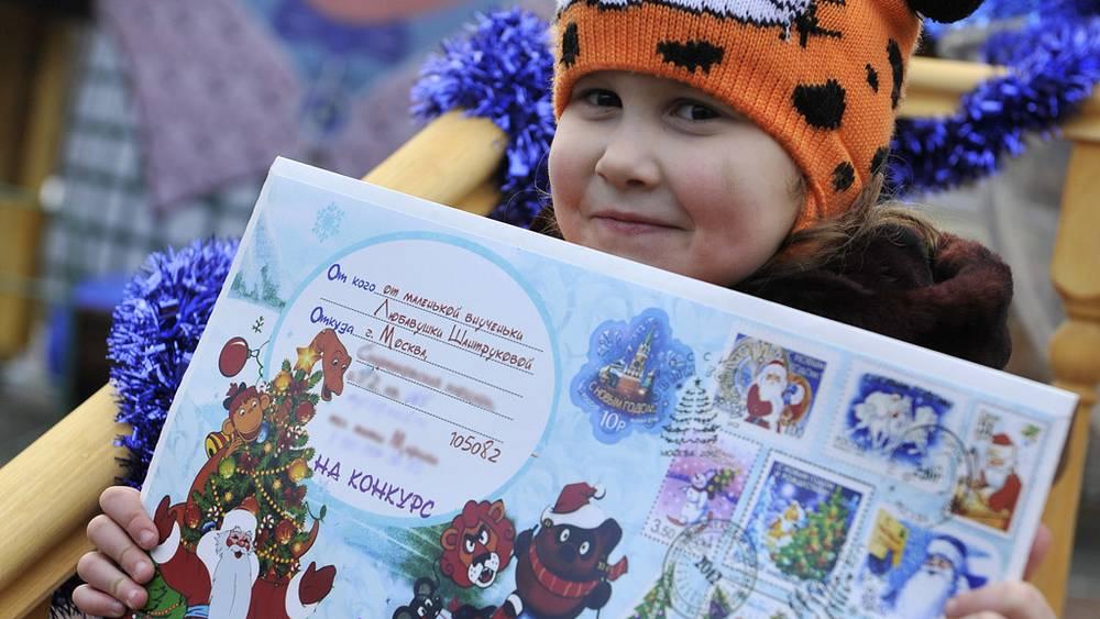 Девочка с письмом для Деда Мороза