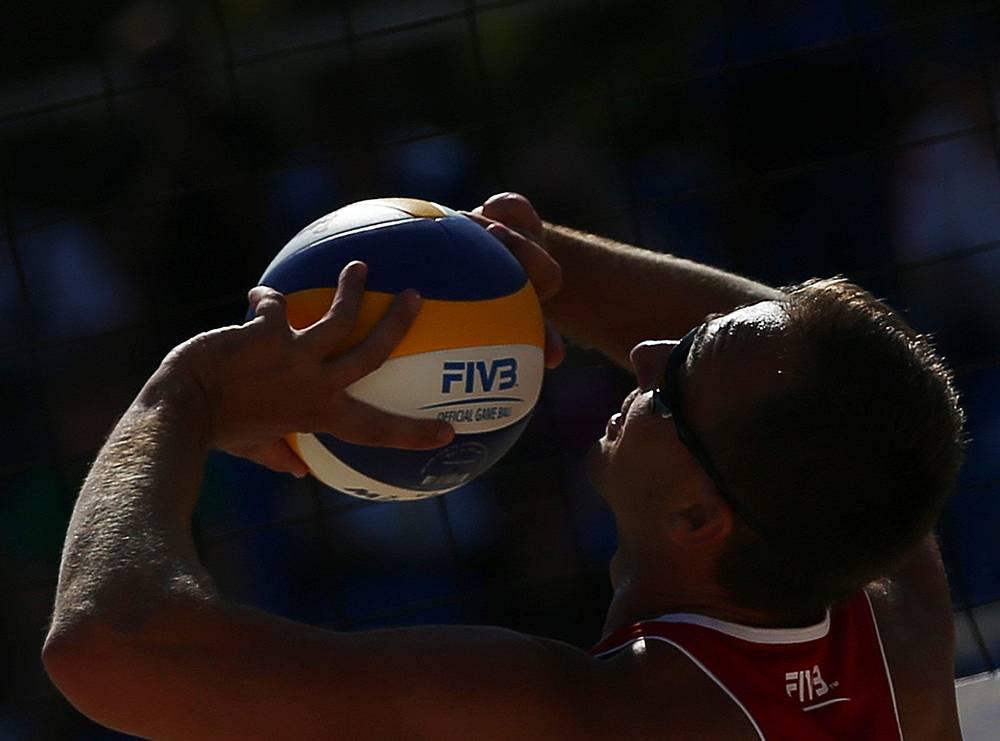 Дмитрий Барсук подает мяч