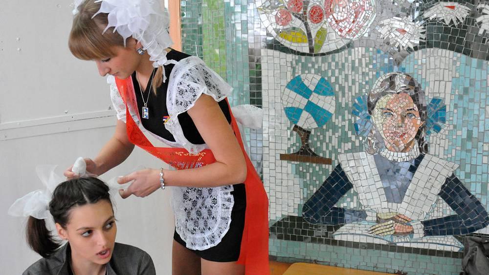 Последний звонок, 2010.  Фото ИТАР-ТАСС/ Александр Колбасов.  С сентября 2013 года для каждого региона вводится единая школьная форма, при утверждении которой должно учитываться мнение родителей и школ.