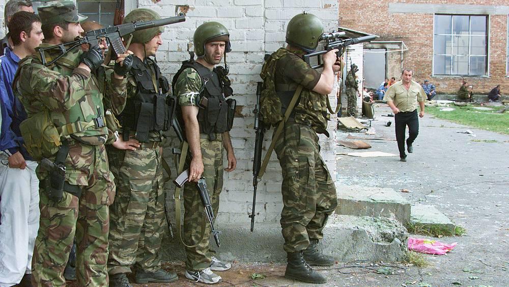 Боевые действия спецназа во дворе захваченной школы. Фото ИТАР-ТАСС/ Узаков Сергей