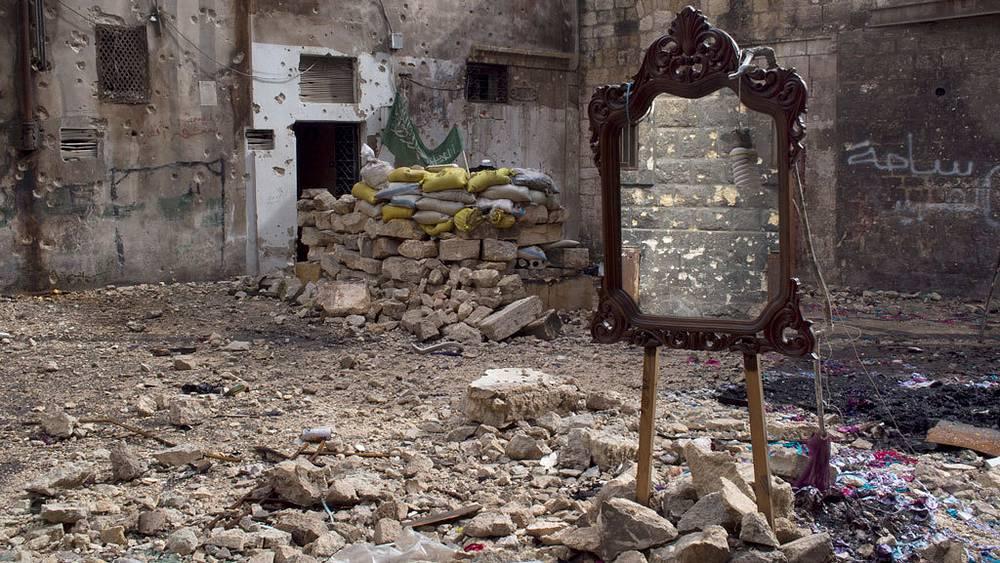 Джером Сессини / Magnum Photos. Боевики вооруженной оппозиции используют зеркало для наблюдения за сирийской армией, Алеппо, Сирия, февраль 2013 г.