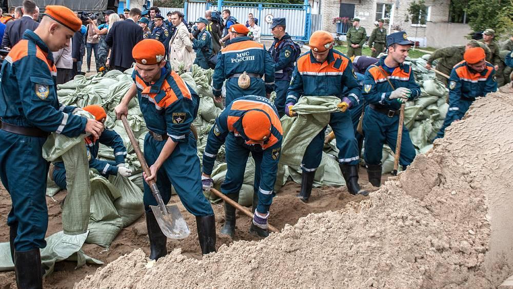 Сотрудники МЧС укрепляют дамбы. Фото ИТАР-ТАСС/ Дмитрий Моргулис