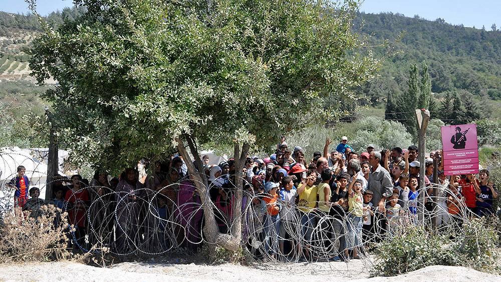 Сирийские беженцы, ожидающие перехода через турецкую границу в провинции Хатай
