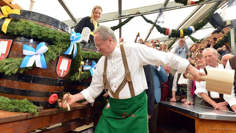 Обербургомистр Мюнхена Кристиан Уде распечатал деревянную бочку с пивом. Фото EPA/PETER KNEFFEL