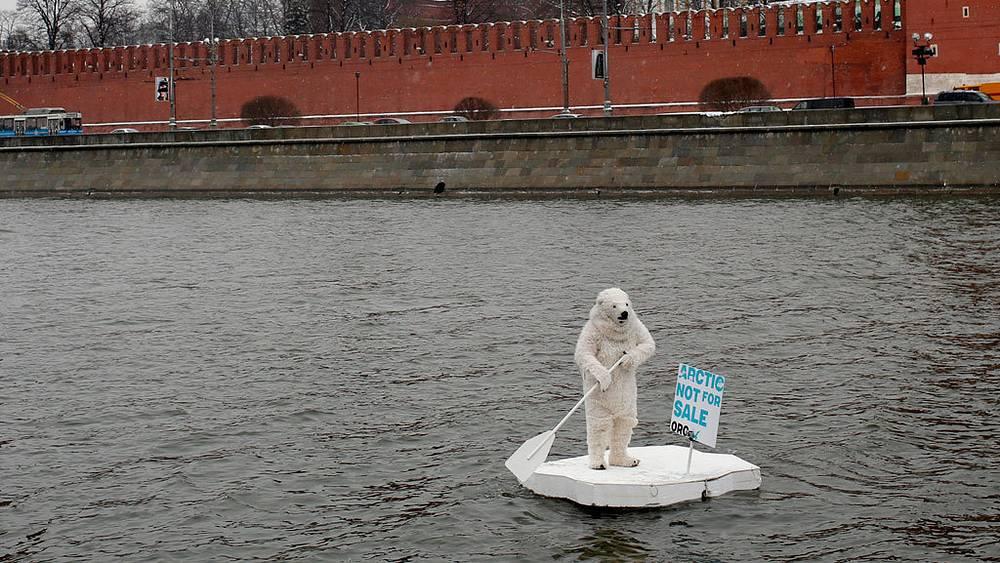 Активист в костюме полярного медведя у кремля, Москва. 2013. Фото EPA/DENIS SINYAKOV
