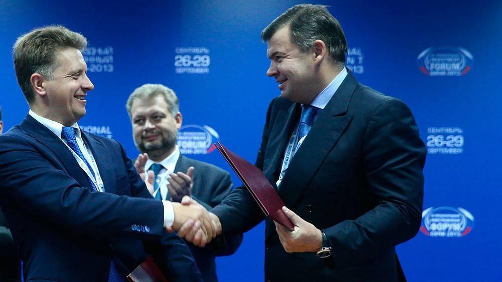 Максим Соколов (слева) на церемонии подписания совместных документов форума. Фото ИТАР-ТАСС/ Станислав Красильников