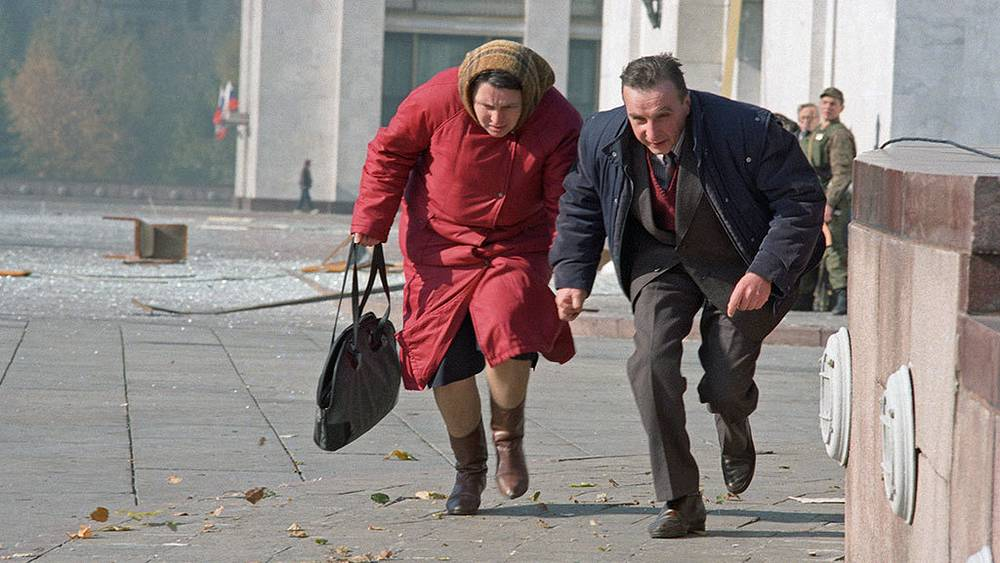 Во время штурма Белого дома. Фото ИТАР-ТАСС/ Анатолий Морковкин