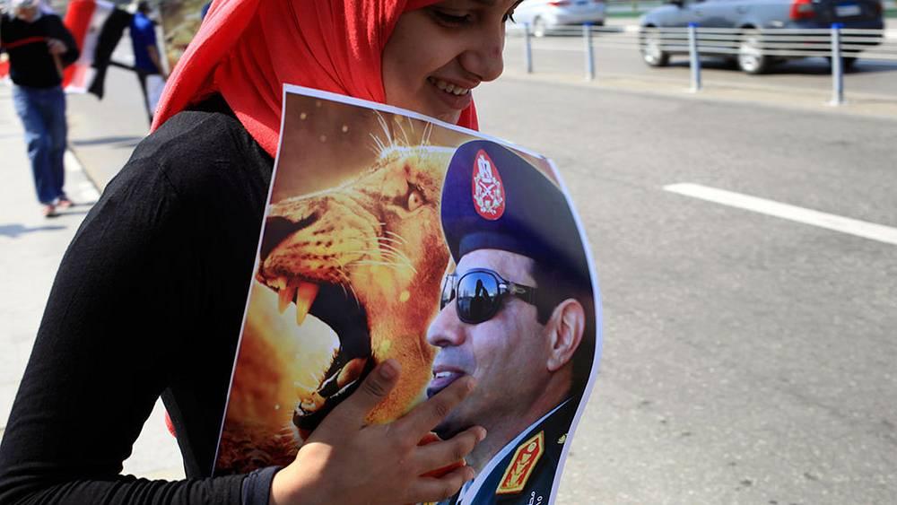 Плакат с изображением министра обороны Египта Абдель Фаттах ас-Сиси. Фото AP Photo/Thomas Hartwell