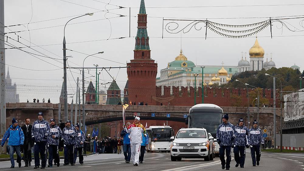 Старт первого этапа эстафеты олимпийского огня по территории России на Красной площади. Фото AP Photo/Denis Tyrin