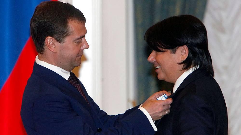 Дмитрий Медведев вручает Валентину Юдашкину орден «За заслуги перед Отечеством», 2008 г. Фото EPA/MAXIM SHIPENKOV/POOL