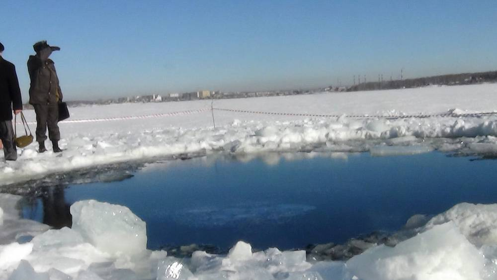 На месте падения осколков метеорита на озере Чебаркуль. Фото ИТАР-ТАСС/ пресс-служба ГУ МЧС по Челябинской области