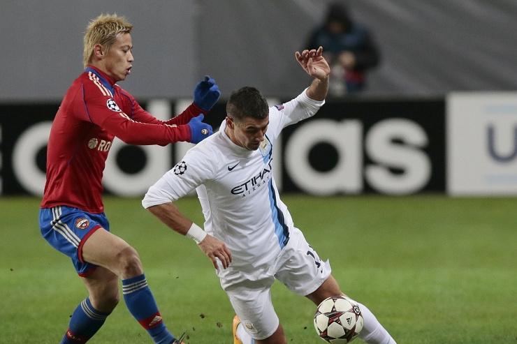 Кейсуке Хонда в противоборстве с Александром Коларовым