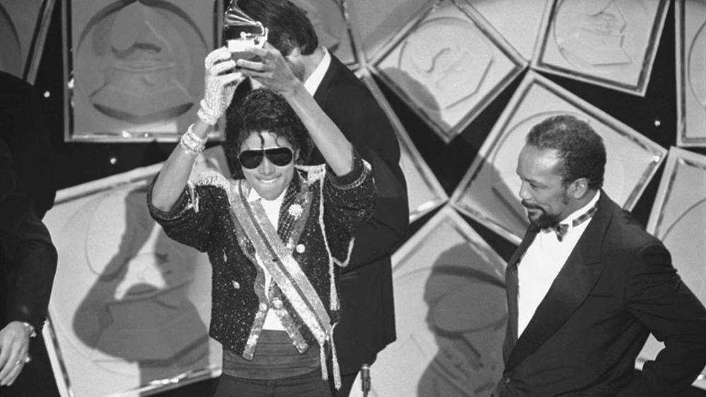 Майкл Джексон получает награду Grammy Award за лучший альбом года Thriller, 1984 г.
