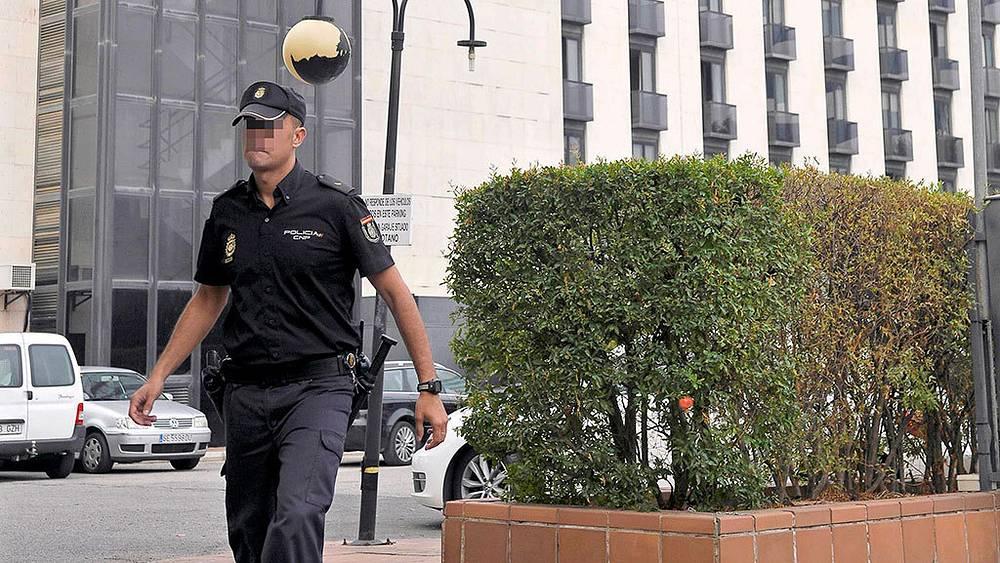 Полиция возле отеля в Севилье, где было найдено тело Марии де Вильоты. Фото EPA/RAUL CARO