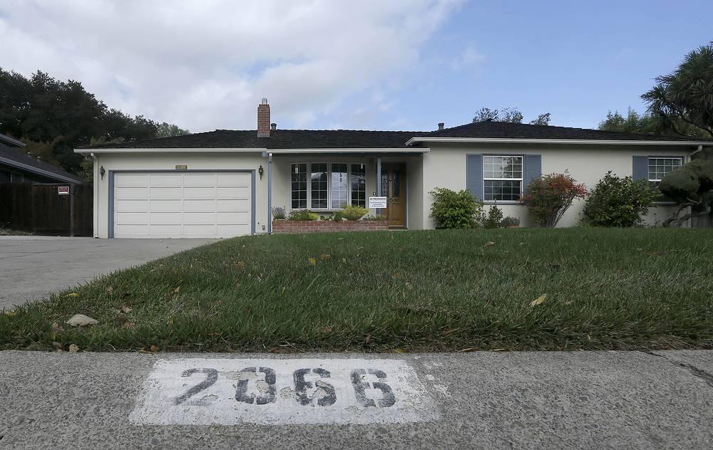 2066 Crist Drive - адрес, по которому находится дом, где вырос Стив Джобс, в Лос-Альтос, штат Калифорния. 29 октября 2013. Дом в Силиконовой долине, где соучредитель Apple Стив Джобс вырос и построил