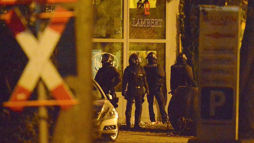 Полицейская операция по обезвреживанию мужчины, захватившего заложников во Фрайбурге. Фото EPA/PATRICK SEEGER