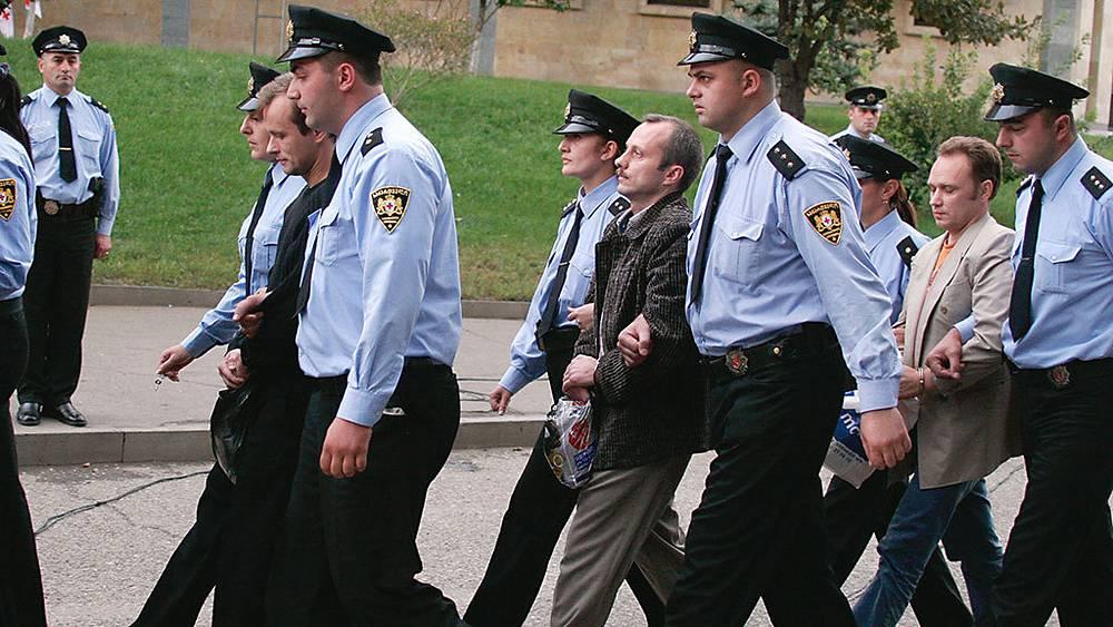 Арест грузинской полицией четырех российских офицеров по обвинению в шпионаже спровоцировал скандал в октябре 2006 года, в результате которого Россия приостановила транспортное сообщение с Грузией. Фото ИТАР-ТАСС/ Александр Климчук