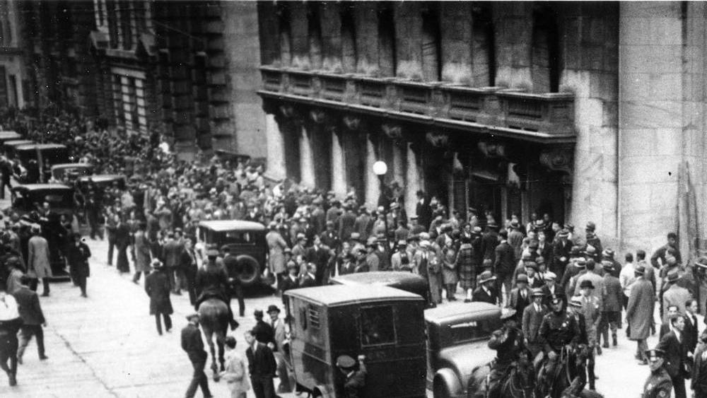 Толпы  у биржи Нью-Йорка,  24 октября 1929 года. Фото АР