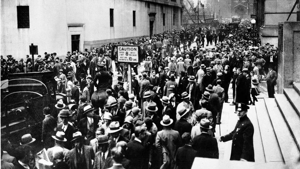 Толпы в панике на Уолл-стрит на Манхэттене.  24 октября 1929 года. Фото АР