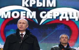 Russian President Vladimir Putin (L) and Crimean Prime Minister Sergey Aksyonov (R)
