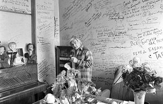 Юрий Любимов в своем кабинете в Театре на Таганке. 1988 год